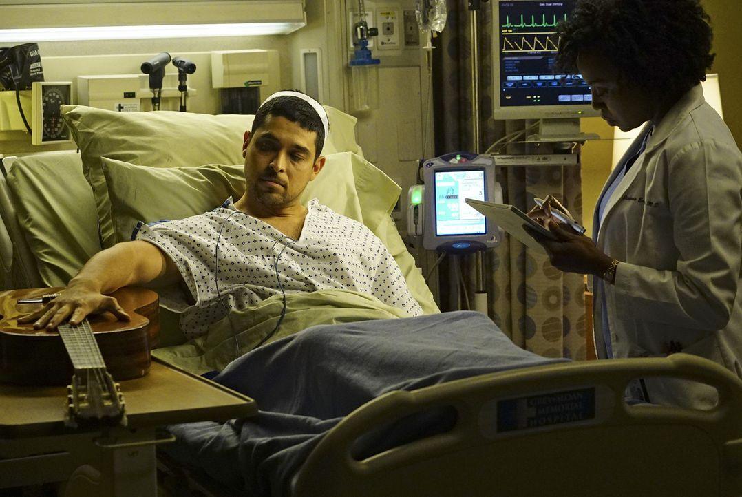 Während sich Stephanie (Jerrika Hinton, r.) um den Musiker Kyle Diaz (Wilmer Valderrama, l.) kümmert, mischt sich Catherine gegen Richards Rat in da... - Bildquelle: Richard Cartwright ABC Studios