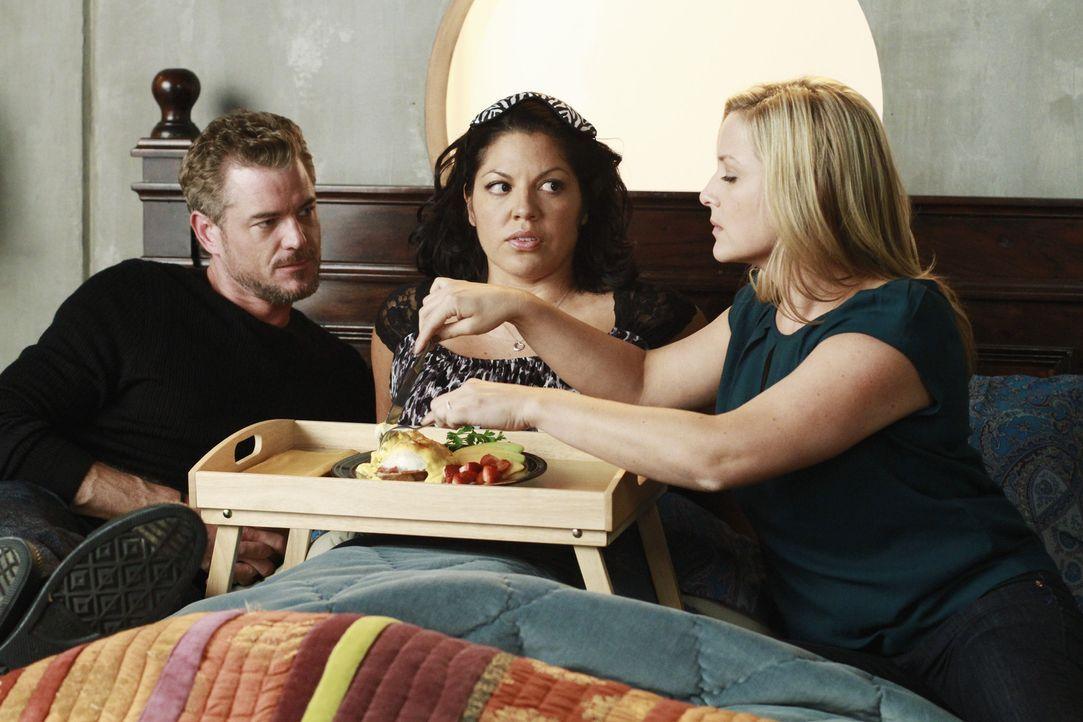 Callies (Sara Ramirez, M.) Wunsch, dass Arizona (Jessica Capshaw, r.) und Mark (Eric Dane, l.) eine Freundschaft zueinander aufbauen, geht in Erfül... - Bildquelle: ABC Studios