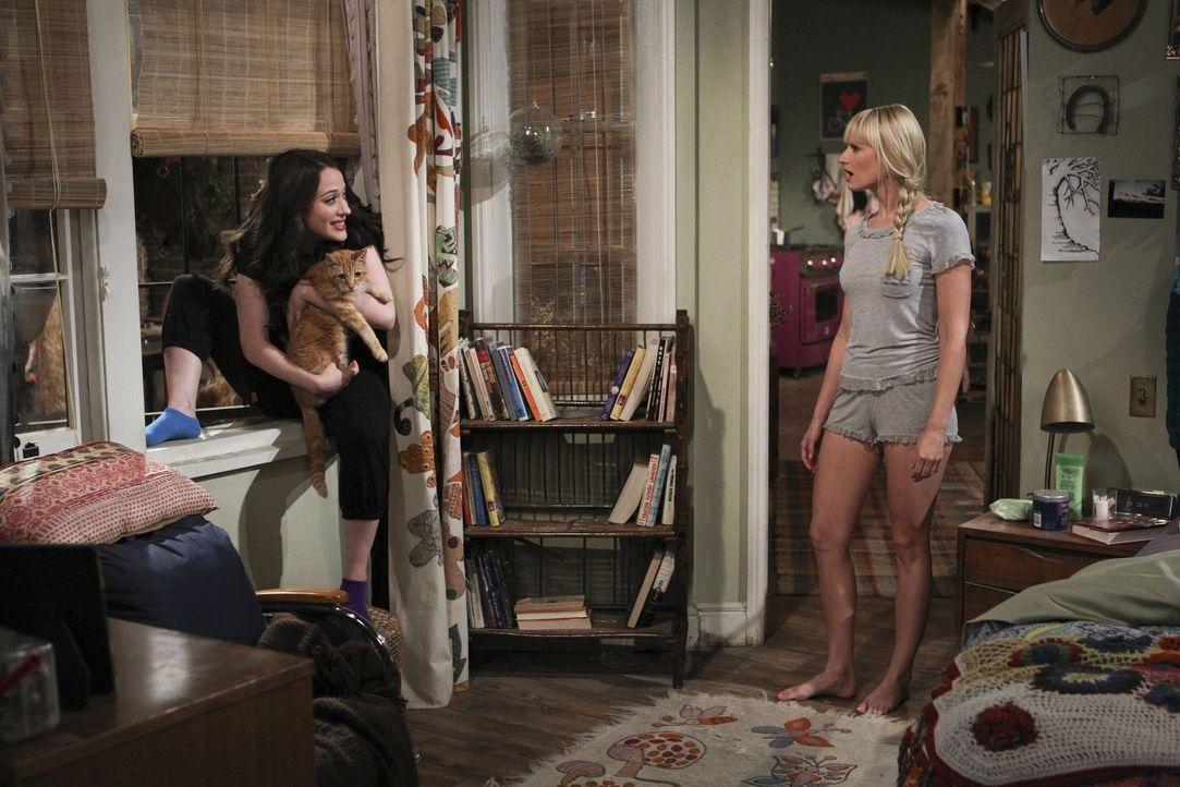 Ein Kätzchen bringt das Leben von Max (Kat Dennings, l.) und Caroline (Beth Behrs, r.) etwas durcheinander ... - Bildquelle: Warner Brothers