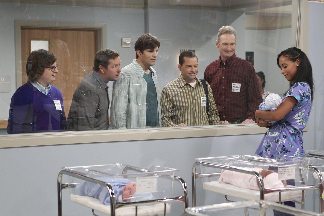 Ihr Traum scheint in Erfüllung zu gehen. Kathy hat ihr Baby zur Welt gebracht und möchte es Walden (Ashton Kutcher, 3.v.l.) und Alan (Jon Cryer, 3.v... - Bildquelle: Warner Brothers Entertainment Inc.