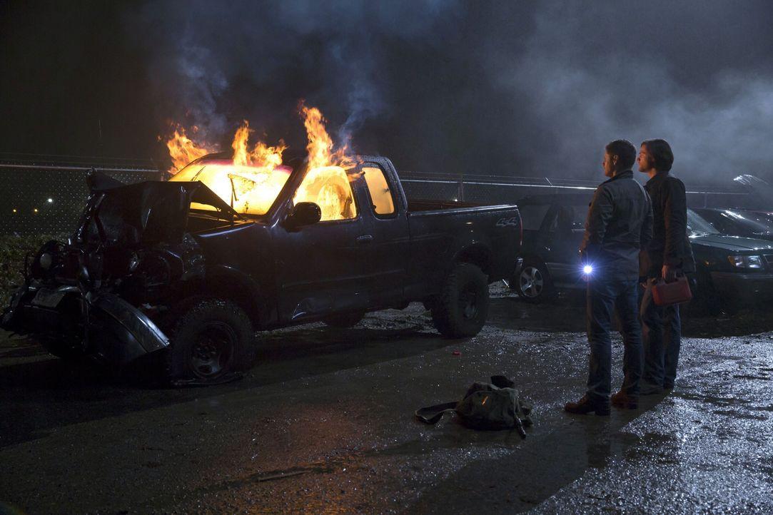 Dean (Jensen Ackles, l.) und Sam (Jared Padalecki, r.) glauben, einen Geister-Fall ganz schnell abschließen zu können, doch dann kommt alles ganz an... - Bildquelle: 2016 Warner Brothers