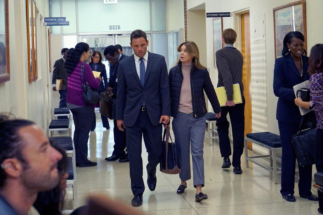 Meredith (Ellen Pompeo, M.r.) steht Alex (Justin Chambers, M.l.) zur Seite. Doch wie wird es vor Gericht laufen? - Bildquelle: Byron Cohen 2016 American Broadcasting Companies, Inc. All rights reserved.