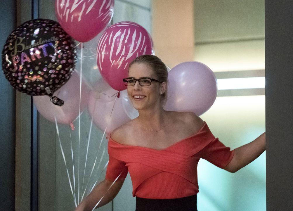 Noch freut sich Felicity (Emily Bett Rickards) auf einen feuchtfröhlichen Junggesellinnenabschied ... - Bildquelle: 2017 Warner Bros.