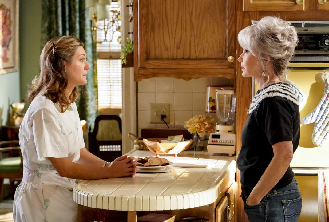 "Mary Cooper (Zoe Perry, l.); Connie ""Meemaw"" Tucker (Annie Potts, r.) - Bildquelle: Robert Voets 2020 Warner Bros. Entertainment Inc. All Rights Reserved / Robert Voets"