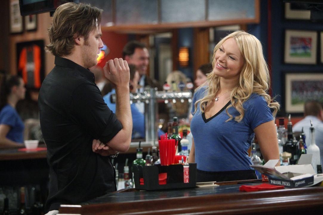 Während Rick (Jake McDorman, l.) versucht sich wieder mit Nikki zu versöhnen, muss Chelsea (Laura Prepon, r.) den Zorn ihres Vaters fürchten ... - Bildquelle: Warner Bros. Television