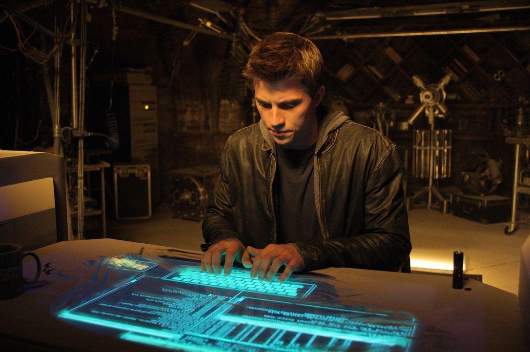 Als Sam Flynn (Garrett Hedlund) nichts ahnend in das alte, versteckte Büro seines Vaters kommt, stößt er auf eine Technik, die seine Zukunft verände... - Bildquelle: Disney Enterprises, Inc.  All rights reserved