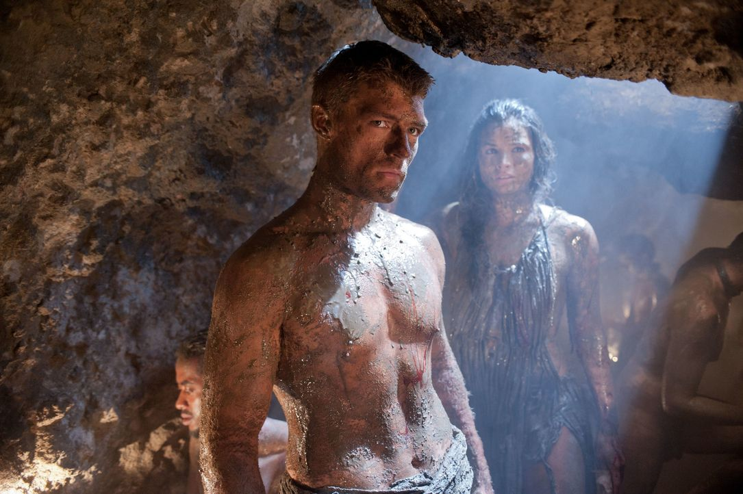 Spartacus (Liam McIntyre, l.) dringt mit mehreren Gefährten in die Minen von Lucania ein, um Naevia zu finden. Mira (Katrina Law, r.) kann den Vorar... - Bildquelle: 2011 Starz Entertainment, LLC. All rights reserved.