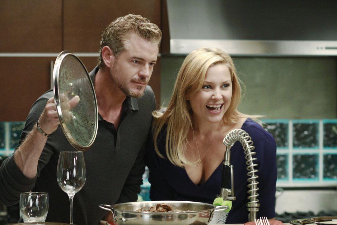 Während Alex und Teddy nach alternativen Möglichkeiten suchen, einen sehr oberflächlichen Patienten zu operieren, kochen Arizona (Jessica Capshaw... - Bildquelle: ABC Studios