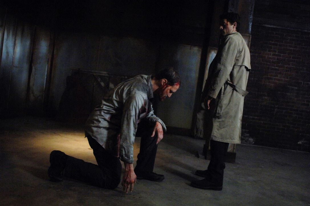 Jemand hat Luzifers Schwert gefunden und tötet damit Engel. Castiel (Misha Collins, r.) und Uriel bitten Geisterjäger Dean, Alastair (Christopher... - Bildquelle: Warner Bros. Television