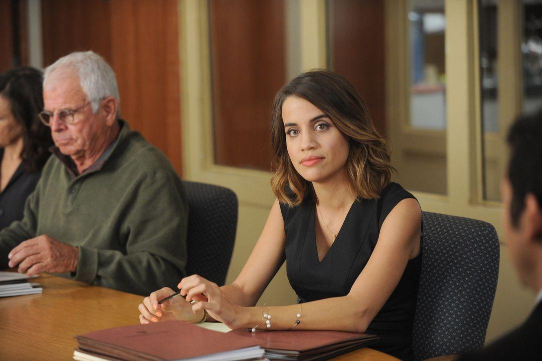 Dean ist sich sicher, dass es nur einen Grund dafür geben kann, dass Claire (Natalie Morales) ihm nicht sofort verfallen ist - sie muss eine Spionin... - Bildquelle: 2015-2016 Fox and its related entities.  All rights reserved.