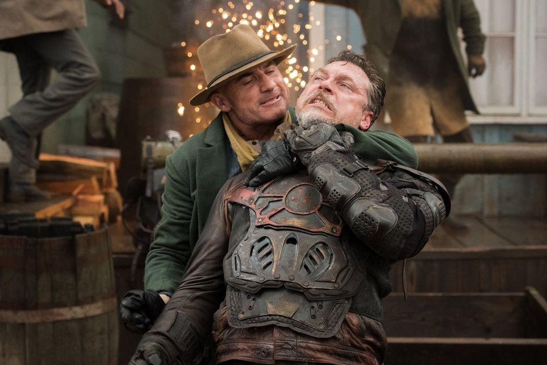 Mike (Dominic Purcell, l.) muss zeigen, auf wessen Seite er wirklich steht, als die Jäger (Nickolas Baric, r.) der Zeitwächter im Wilden Westen auft... - Bildquelle: 2015 Warner Bros.