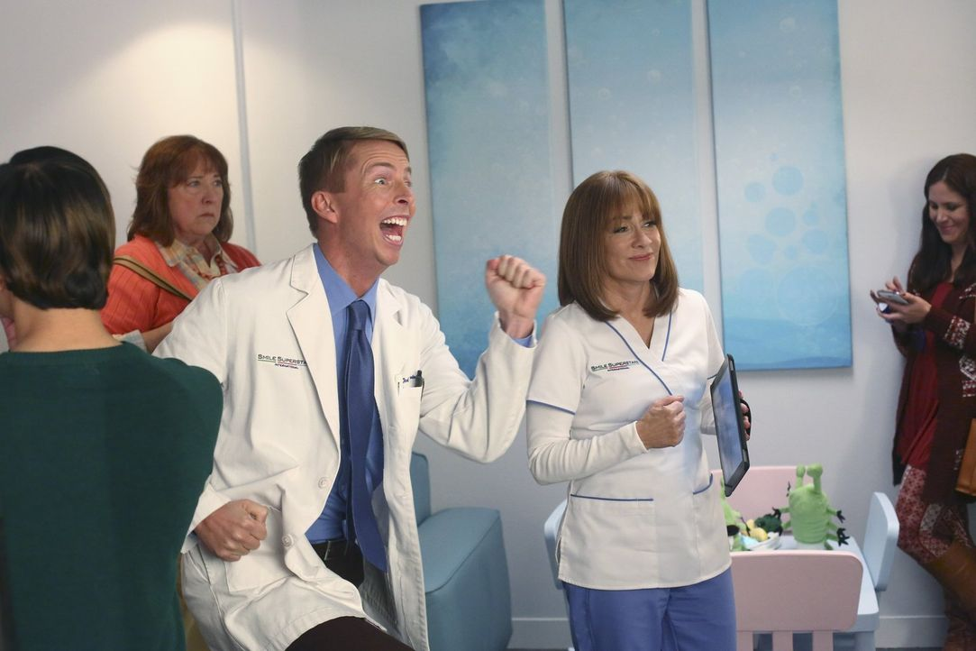 Dr. Ted Goodwin (Jack McBrayer, l.); Frankie (Patricia Heaton, r.) - Bildquelle: Warner Brothers