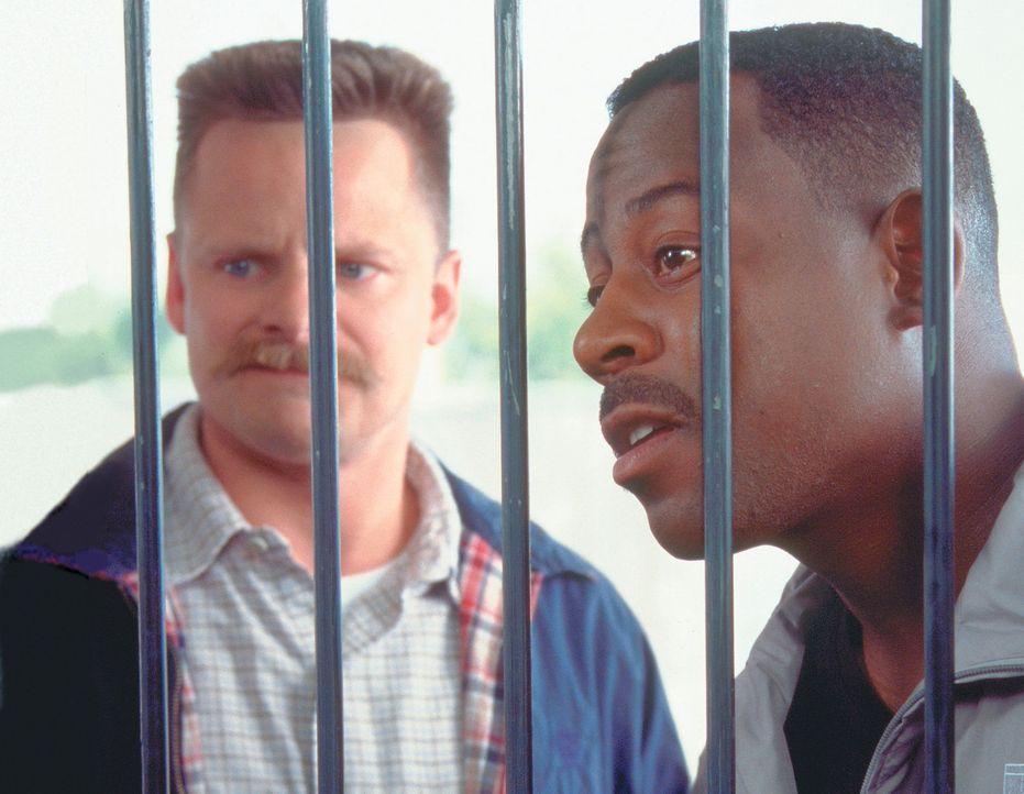 Der Polizist Hank (Steve Zahn, l.) wird entlassen, außerdem für sechs Monate ins Gefängnis gesteckt und von seiner Freundin verlassen, weil er f - Bildquelle: CPT Holdings, Inc.  All Rights Reserved.