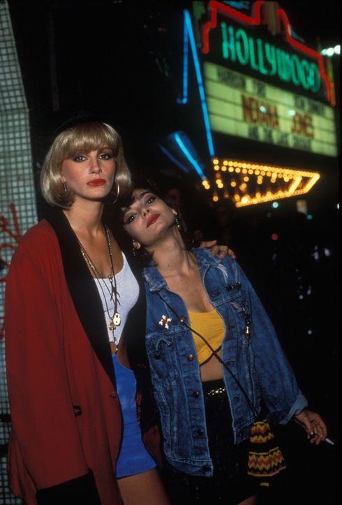 Vivian (Julia Roberts, l.) und ihre Freundin Kit (Laura San Giacomo, r.) verdienen ihr Geld auf dem Straßenstrich und träumen von einem besseren Leb... - Bildquelle: Touchstone Pictures. All Rights Reserved.