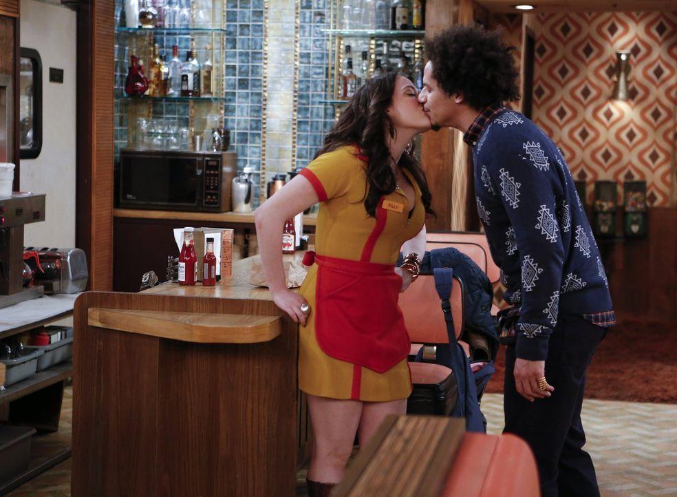 Sind glücklich miteinander: Max (Kat Dennings, l.) und Deke (Eric André, r.) ... - Bildquelle: Warner Bros. Television