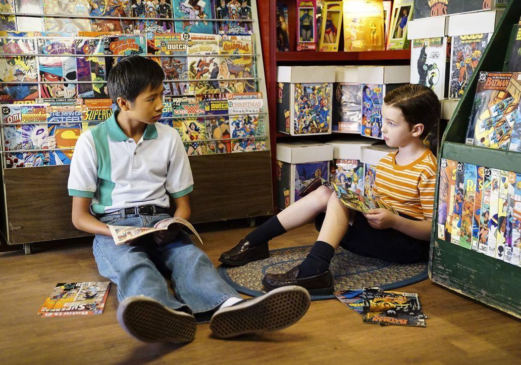 """Sheldon (Iain Armitage, r.) wird von Tam (Ryan Phuong, l.) in die Welt der Comic geführt und scheint sogar Gefallen an den """"Bilderbüchern"""" zu finden... - Bildquelle: Warner Bros."""