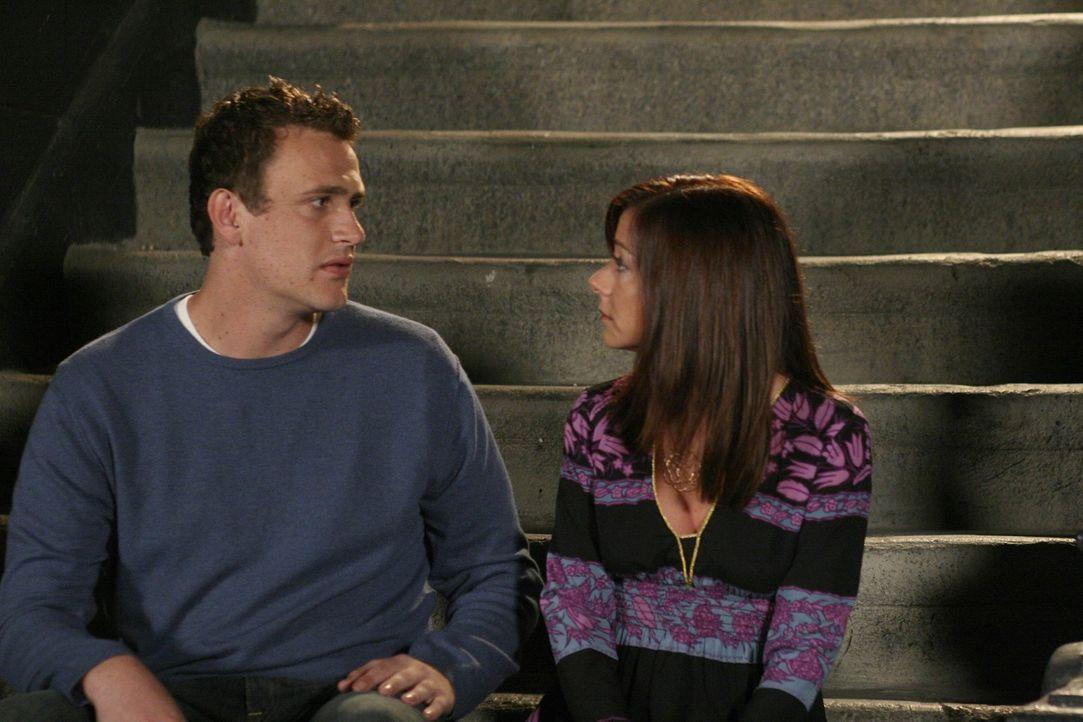 Lily (Alyson Hannigan, r.) ist wieder in New York und will wieder mit Marshall (Jason Segel, l.) zusammen sein, doch kann er ihr verzeihen? - Bildquelle: 20th Century Fox International Television