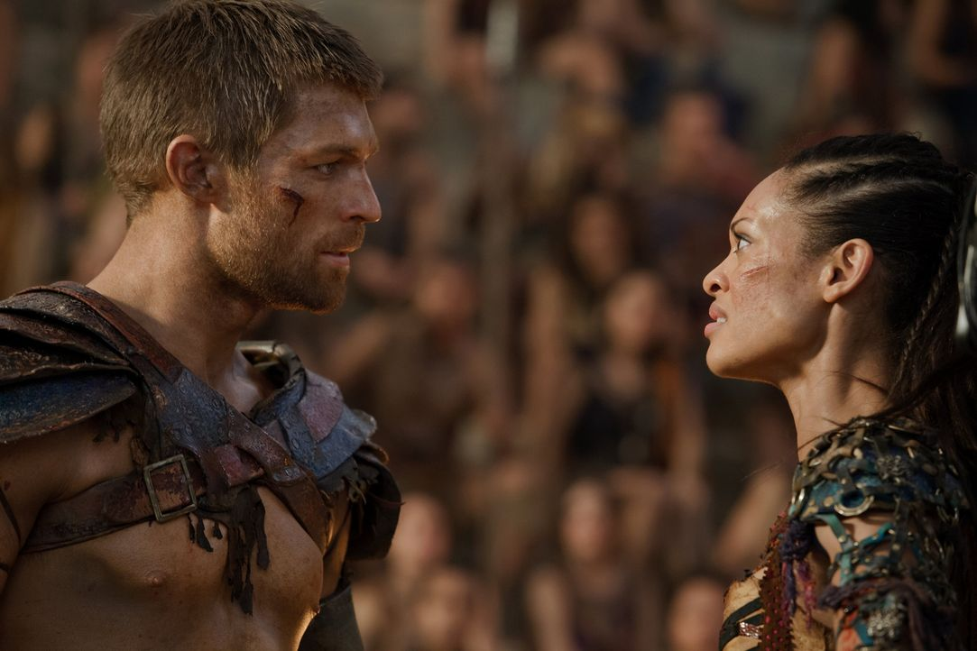 Als Naevia (Cyntha Addai-Robinson, r.) Tiberius den Todesstoß versetzen will, erhält Spartacus (Liam McIntyre, l.) eine Botschaft von Crassus, in de... - Bildquelle: 2012 Starz Entertainment, LLC. All rights reserved.