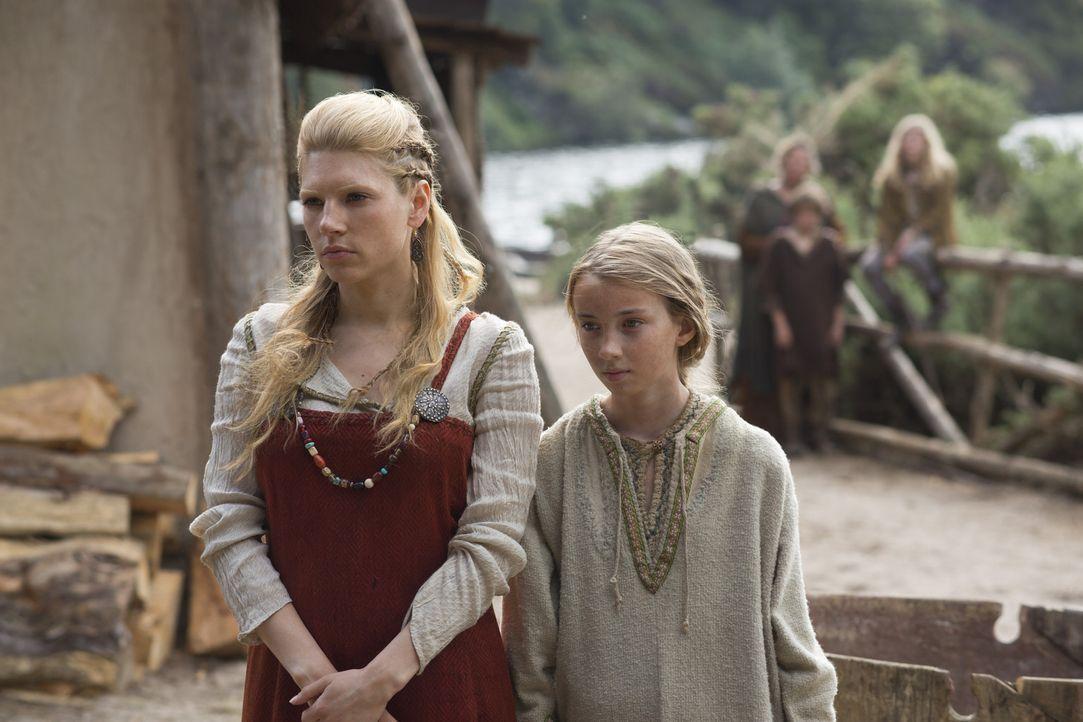 Lagertha (Katheryn Winnick, l.) und Gyda (Ruby O'Leary, r.) müssen Ragnar oft ziehen lassen, aber als der junge Björn mitgeht, wird es für die Fraue... - Bildquelle: 2013 TM TELEVISION PRODUCTIONS LIMITED/T5 VIKINGS PRODUCTIONS INC. ALL RIGHTS RESERVED.