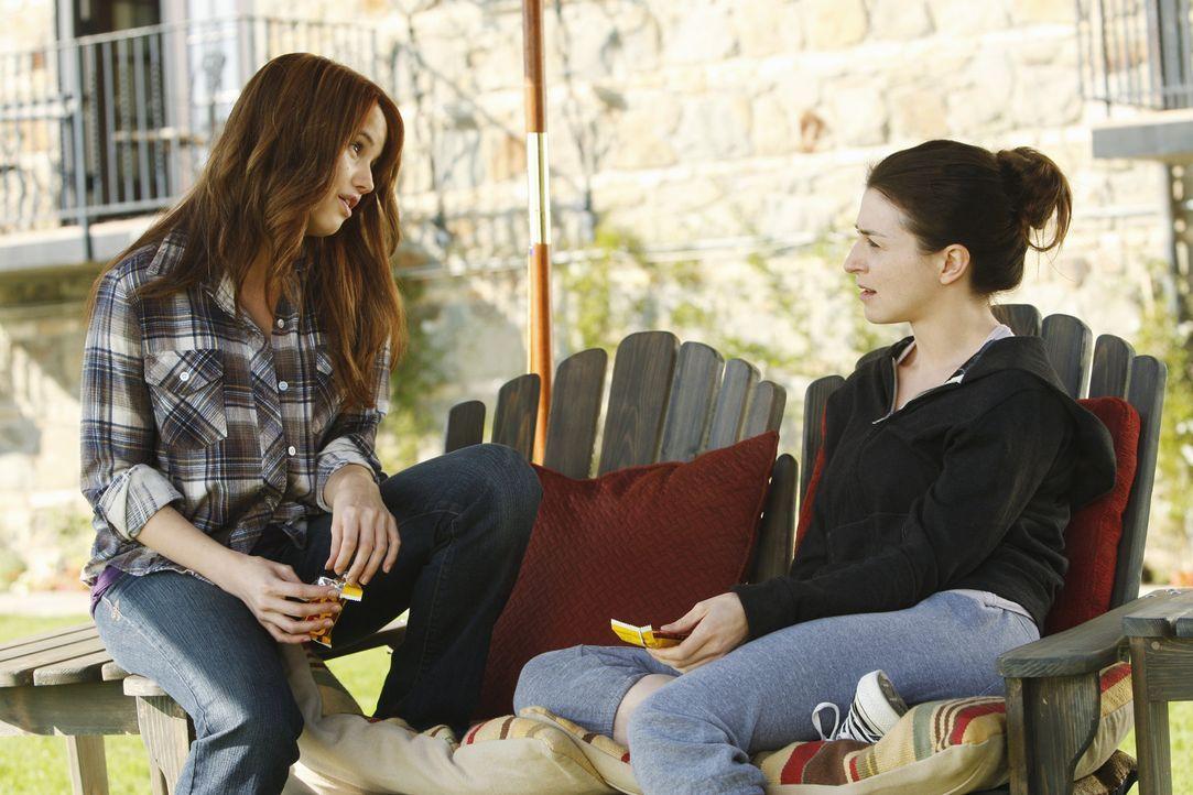 Gemeinsam stehen sie die schmerzhafte Entziehungskur durch: Hailey (Debby Ryan, l.) und Amelia (Caterina Scorsone, r.) ... - Bildquelle: ABC Studios