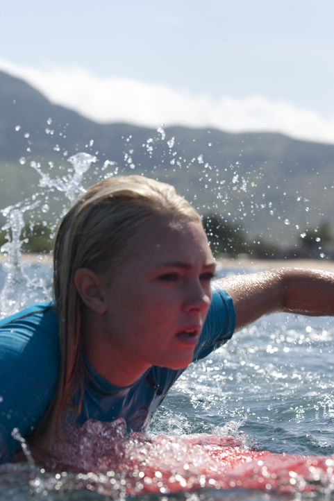 Die 13-jährige Bethany Hamilton (Anna Sophia Robb) ist die Hoffnung des professionellen Surf-Sports auf Hawaii, als sie beim Training plötzlich von... - Bildquelle: Mario Perez, Noah Hamilton Tristar Pictures, Inc., FilmDistrict Distribution, LLC. and Enticing Entertainment, LLC.  All rights reserved