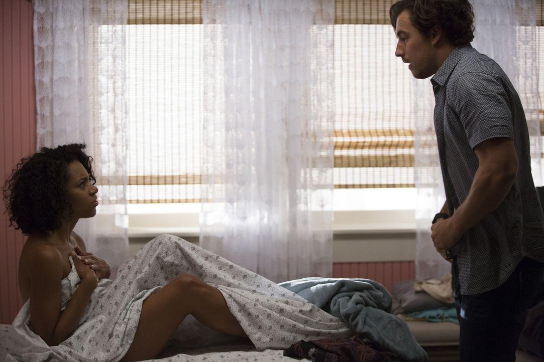 Maggie (Kelly McCreary, l.) erwacht nach der Nacht mit Andrew (Giacomo Gianniotti, r.) und es ist ihr offensichtlich peinlich, dass die anderen alle... - Bildquelle: John Fleenor ABC Studios