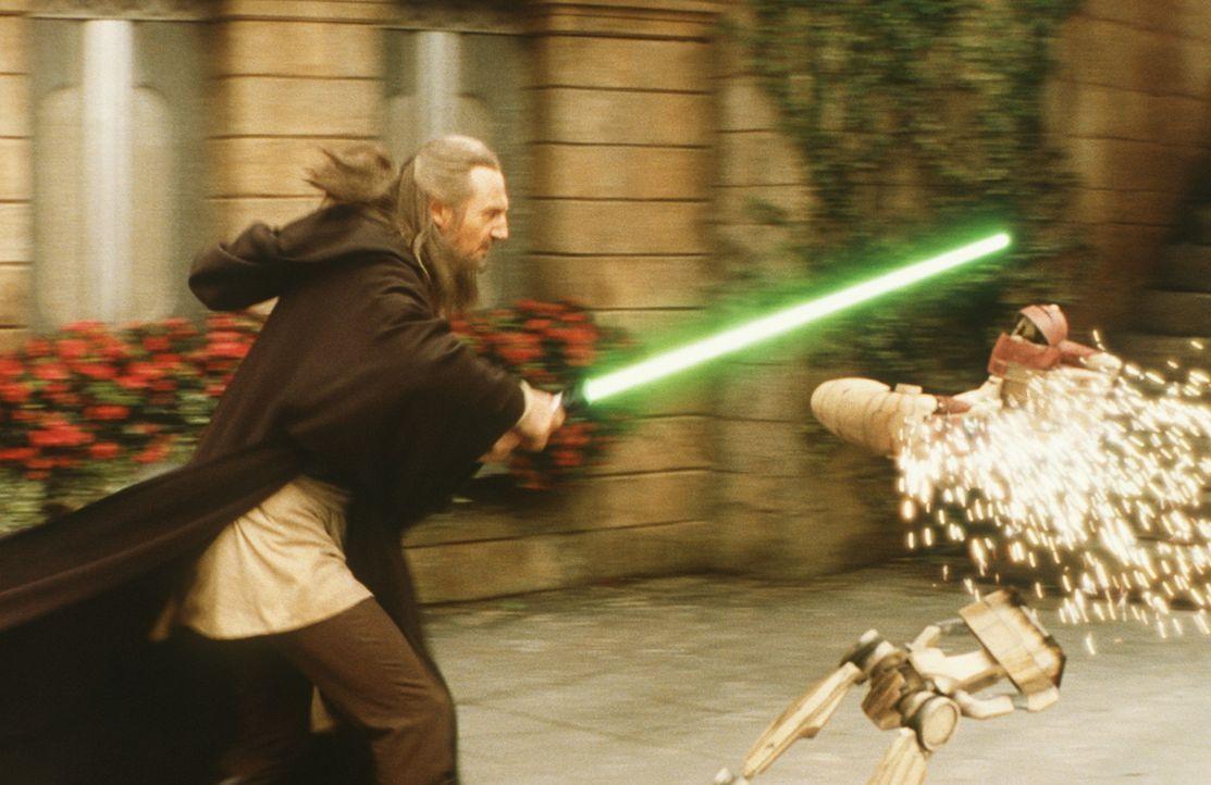 Schon bald muss Meister Qui-Gon Jinn (Liam Neeson) erkennen, dass die Handelsföderation schon dabei ist, ihre gewaltigen Streitkräfte für den off... - Bildquelle: 1999 Lucasfilm Ltd. & TM All rights reserved Used with permission