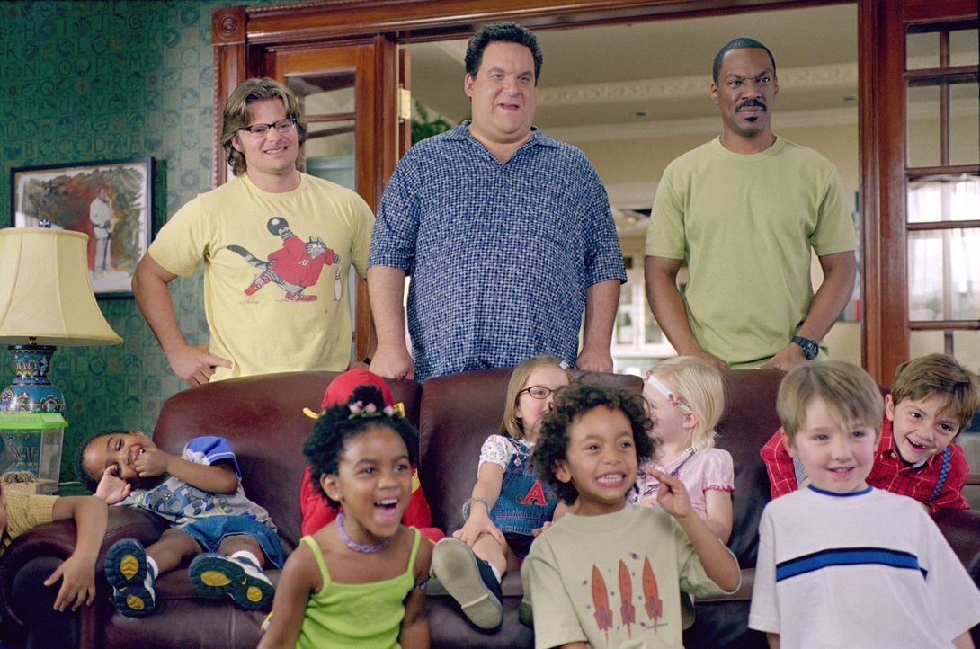 "Phil (Jeff Garlin, M.), Charlie (Eddie Murphy, r.) und Marvin (Steve Zahn, l.) sind stolz darauf, dass ihr ""Daddy Day Care Center"" bei den Kindern g... - Bildquelle: 2004 Sony Pictures Television International. All Rights Reserved."