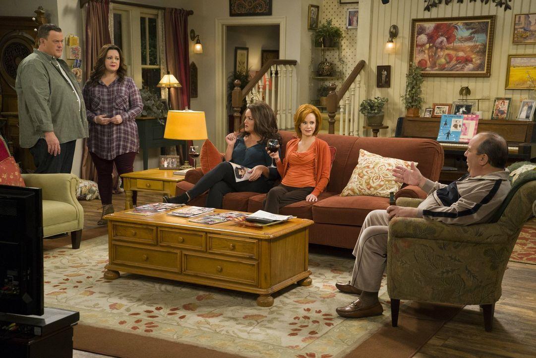 Molly (Melissa McCarthy, 2.v.l.), Victoria (Katy Mixon, 3.v.l.), Joyce (Swoosie Kurtz, 2.v.r.) und Vince (Louis Mustillo, r.) können kaum fassen, da... - Bildquelle: Warner Brothers