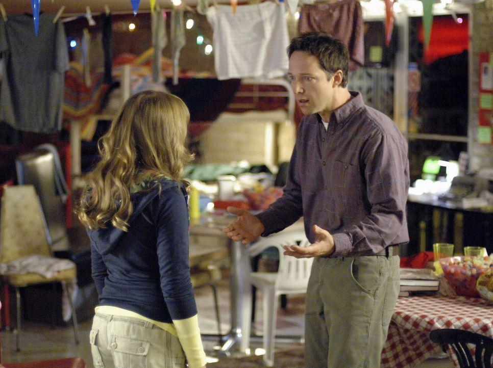 Schon seit langem fühlt sich Melissa (Emily Osment, l.) von ihrem Vater ziemlich vernachlässigt, weil der Autor Neil Morris (George Newbern, r.) s... - Bildquelle: Disney Enterprises, Inc.  All rights reserved