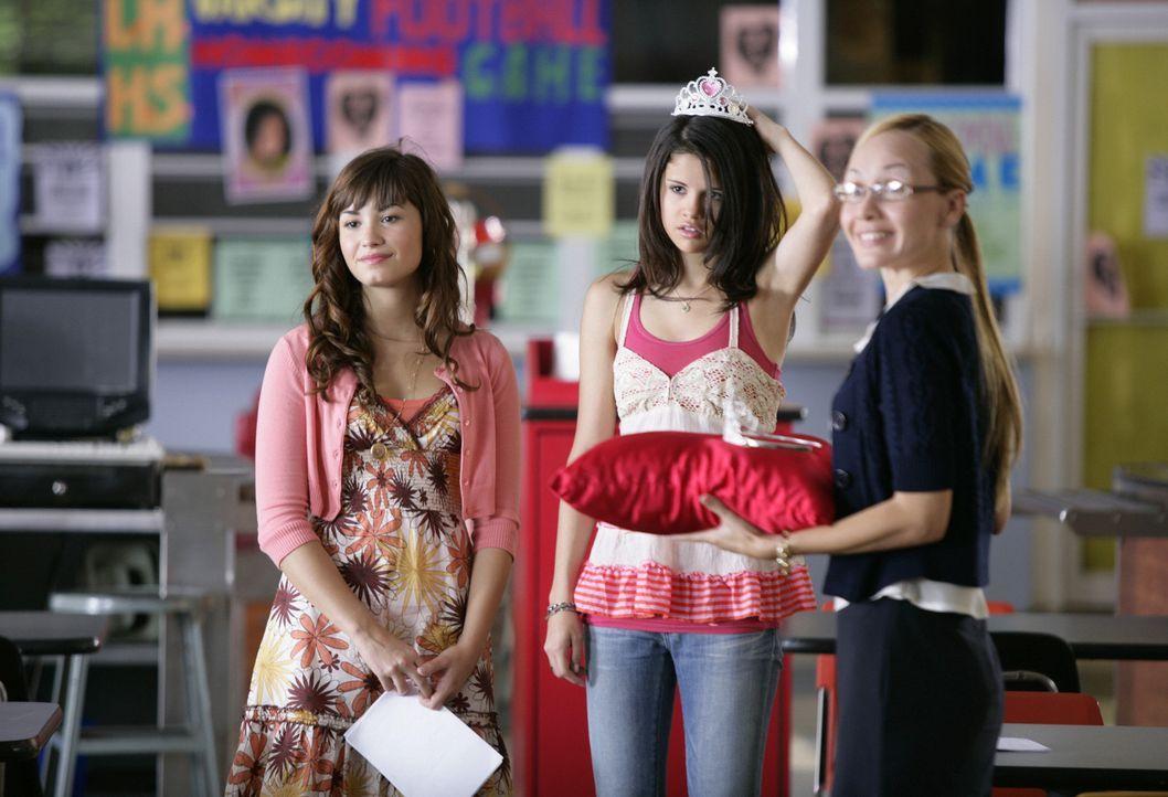 Gemeinsam mit Rosalinda (Demi Lovato, l.), die sich mittlerweile nur noch Rosie nennt, arbeitet Carter (Selena Gomez, M.) an ihrer weiblichen Ausstr... - Bildquelle: Disney