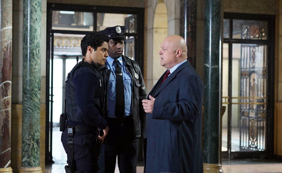 Wollen in Gotham für Recht und Ordnung sorgen: Carl Pinkney (Ian Quinlan, l.) und Nathaniel Barnes (Michael Chiklis, r.) ... - Bildquelle: Warner Brothers