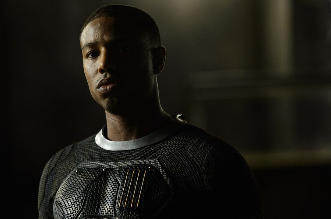 Als Johnny Storm (Michael B. Jordan) erkennt, dass er nach einer Reise durch das Quantum Gate auf den Planeten Zero plötzlich Feuer kontrollieren un... - Bildquelle: Ben Rothstein 2015 Constantin Film Verleih GmbH. TM &   2014 Marvel & Subs. TM and   2014 Twentieth Century Fox Film Corporation. All rights reserved. Not for sal