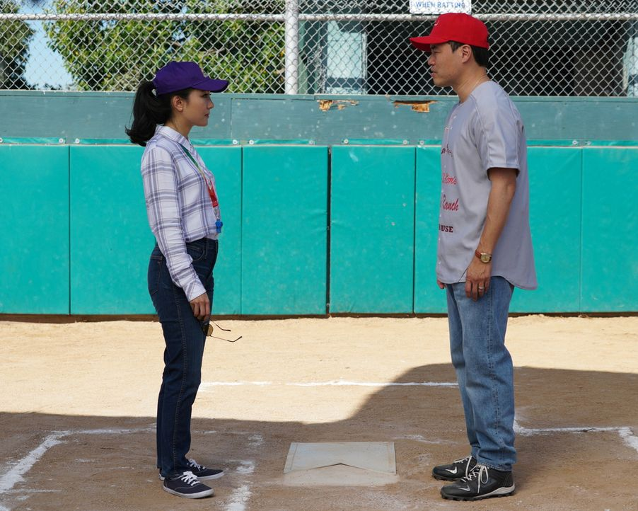 "Als Louis (Randall Park, r.) sich dazu entschließt, das ""Cattlemans Ranch"" Softball Team alleine managen zu wollen, übernimmt Jessica (Constance Wu,... - Bildquelle: Richard Cartwright 2017-2018 American Broadcasting Companies. All rights reserved."