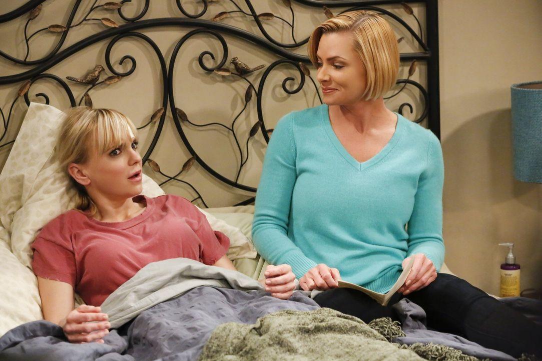 Nachdem Christy (Anna Faris, l.) einen Autounfall hatte, stattet ihr Jill (Jaime Pressly, r.) einen Krankenbesuch ab ... - Bildquelle: 2016 Warner Bros. Entertainment, Inc.