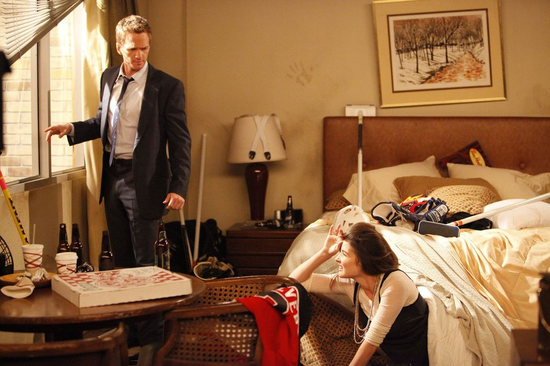 Robin (Cobie Smulders, r.) ist am Boden zerstört, denn nachdem sie einem Gast bei einer Kneipenschlägerei die Nase gebrochen hat, droht ihr die Au... - Bildquelle: 20th Century Fox International Television