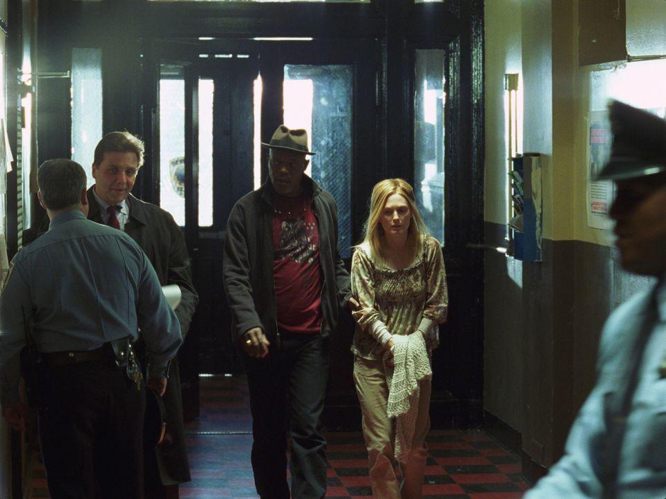 Nur der Cop Lorenzo Council (Samuel L. Jackson, M.) kann der Geschichte der verzweifelten Mutter Brenda Martin (Julianne Moore, r.) keinen Glauben s... - Bildquelle: Sony Pictures Television International. All Rights Reserved.
