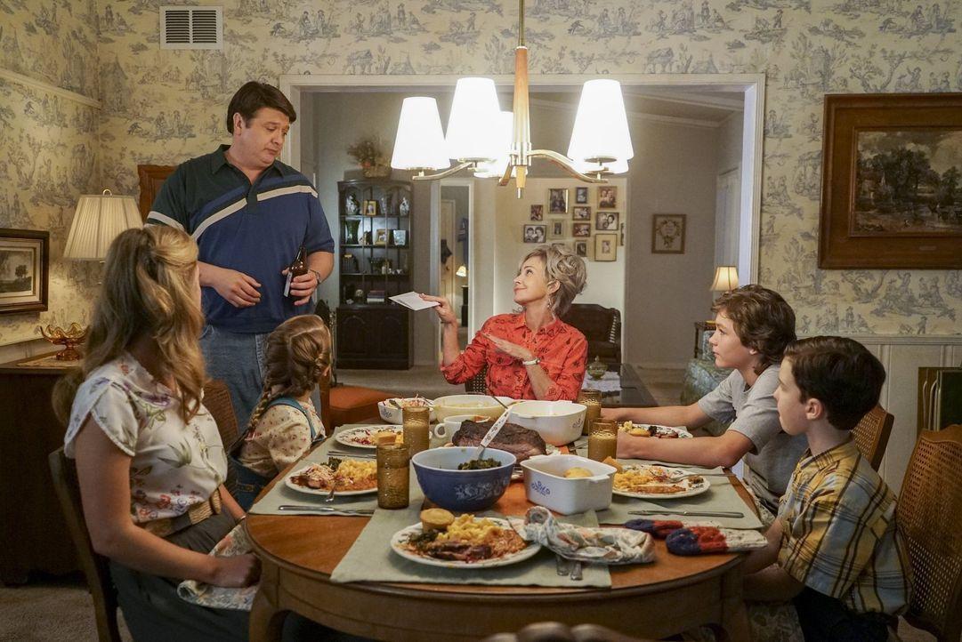Noch ahnen (v.l.n.r.) Mary (Zoe Perry), George (Lance Barber), Missy (Raegan Revord), Meemaw (Annie Potts), Georgie (Montana Jordan) und Sheldon (Ia... - Bildquelle: Warner Bros.