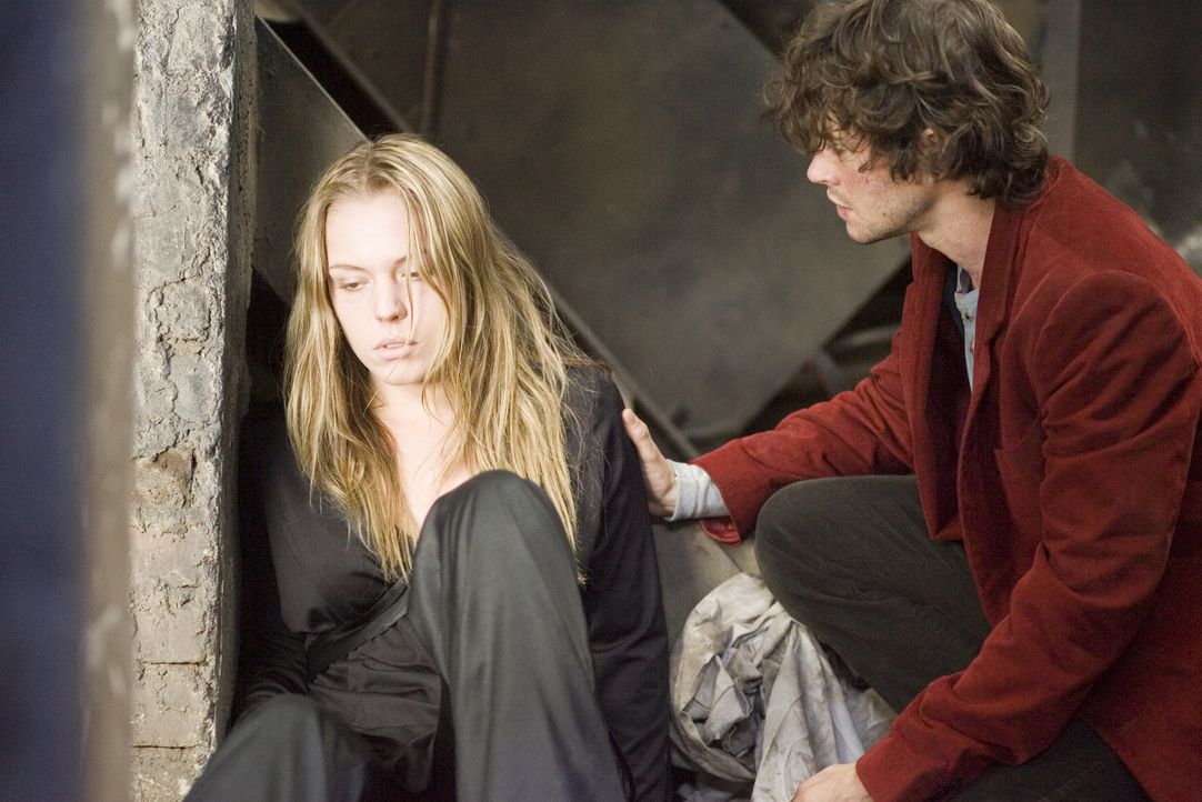 Zunächst hat der junge Amerikaner Aiden (Hugh Dancy, r.) keine Ahnung, dass seine neue Bekanntschaft (Agnes Bruckner, l.) mitten ins Zentrum eines u... - Bildquelle: 2007 Kinowelt GmbH