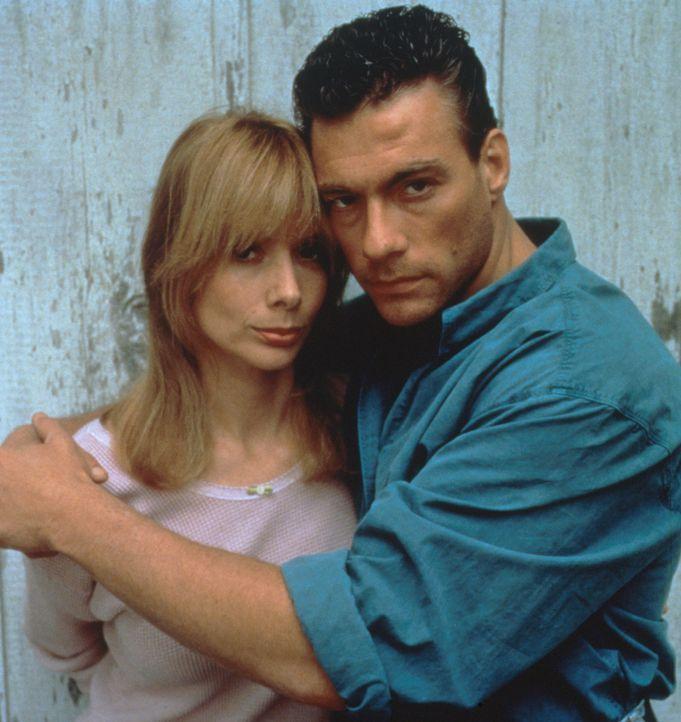 Zwischen dem entflohenen Sträfling Sam Gillen (Jean-Claude van Damme, l.) und der schönen Farmerswitwe Clydie (Rosanna Arquette, r.) entwickelt sich... - Bildquelle: Columbia Pictures Corporation