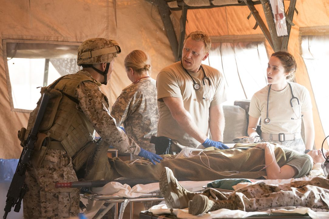 Bevor Megan (Abigail Spencer, r.) entführt wurde, kam es im Irak 2007 zu Unstimmigkeiten zwischen Owen (Kevin McKidd, l.) und ihr. In der Gegenwart... - Bildquelle: Mitch Haaseth 2017 American Broadcasting Companies, Inc. All rights reserved.