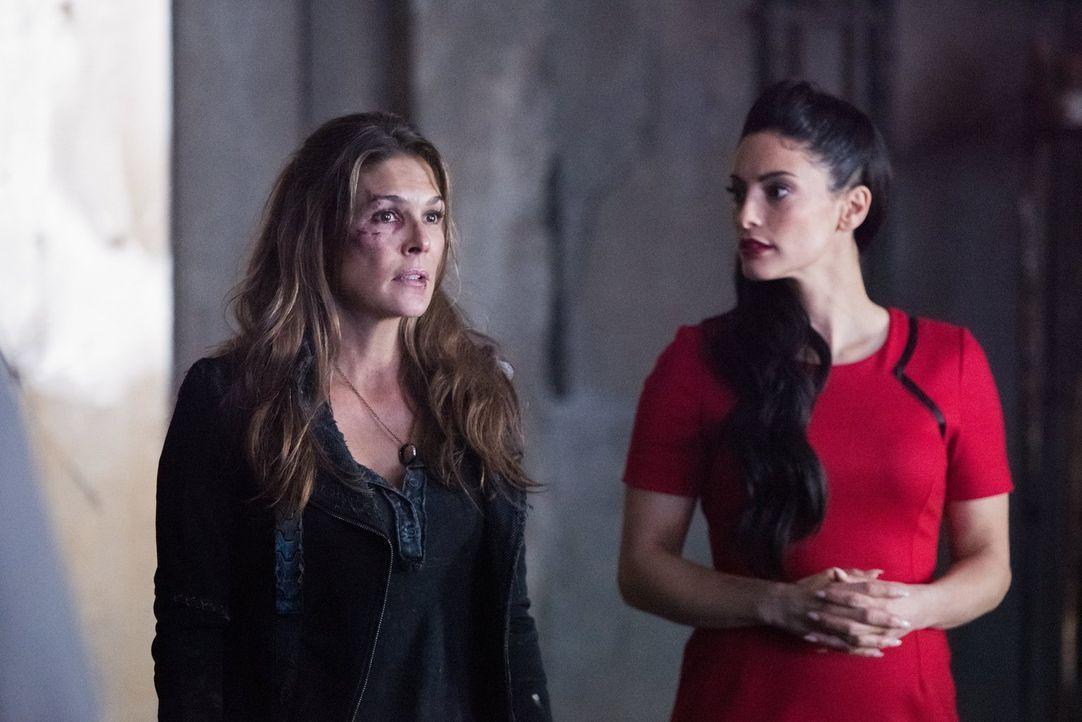 Wird es Alie (Erica Cerra, r.) und Abbie (Paige Turco, l.) tatsächlich gelingen, Kane etwas vorzumachen und ihn so dazu zu bringen, der Stadt des Li... - Bildquelle: 2014 Warner Brothers