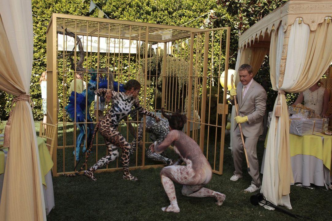 Als Eden auf das besondere Partythema reagiert, hat Noah Werner (Alan Tudyk, r.) alle Hände voll zu tun ... - Bildquelle: Warner Brothers