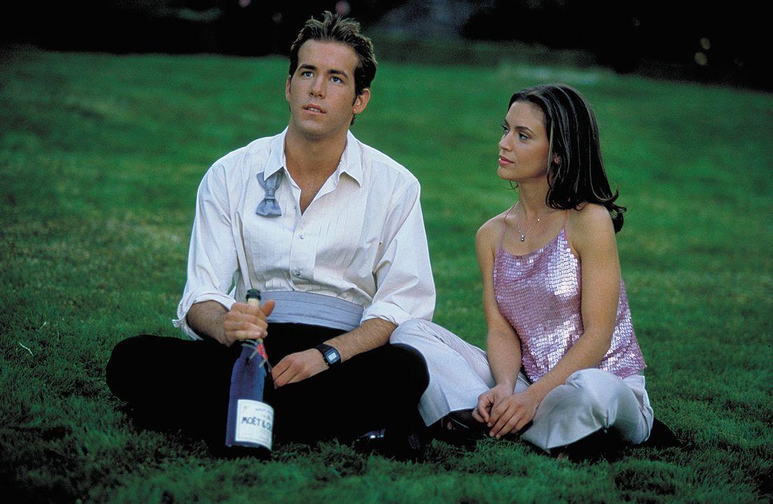 Bei einer Streiftour durch die Nacht lernt Mike (Ryan Reynolds, l.) die Stripperin Amy (Alyssa Milano, r.) kennen, die ihm so richtig einheizt ... - Bildquelle: 2003 Sony Pictures Television International. All Rights Reserved.