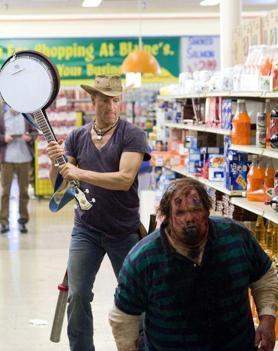 """Träumt davon, allen Untoten den Garaus zu machen: der """"Twinkie""""-süchtige Zombiekiller Tallahassee (Woody Harrelson, l.) ... - Bildquelle: 2009 Columbia Pictures Industries, Inc. and Beverly Blvd LLC. All Rights Reserved."""