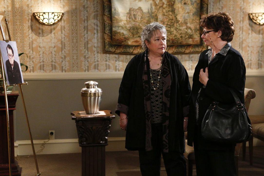 Sie kennen sich schon seit Kindertagen und freuen sich über ihr Wiedersehen: Peggy (Rondi Reed, r.) und Kay (Kathy Bates, l.), die überraschend in d... - Bildquelle: Warner Brothers