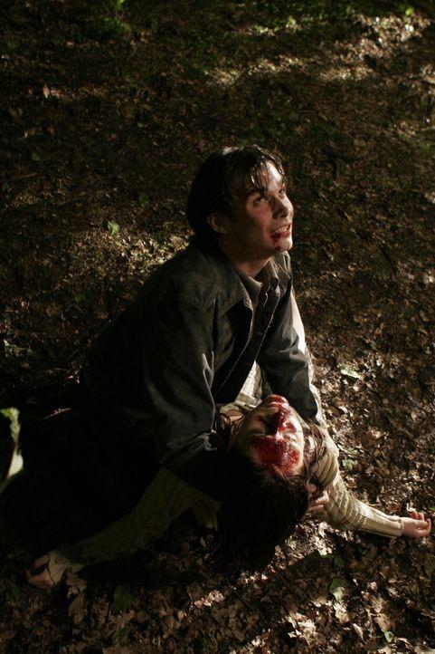 Als Ricky (Bradley Taylor, l.) seine kleine Schwester Sara (Maria Roman, r.) ermordet im Wald vorfindet, dreht er durch und beschwört Pumpkinhead,... - Bildquelle: 2006 Pueblo Film Distribution Limited. All Rights Reserved.