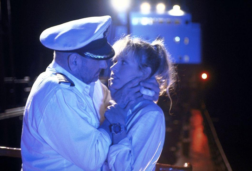 Suzanne (Anica Dobra, r.) würde ihr Herz gerne an Jonathan (Klaus Löwitsch, l.) verschenken, doch dieser hat eine Frau zu Hause ... - Bildquelle: ProSieben