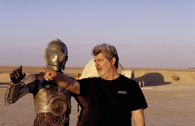 Drehpause für Regisseur George Lucas, r. und R2-D2-Darsteller Kenny Baker, l. ... - Bildquelle: Lucasfilm Ltd. & TM. All Rights Reserved.