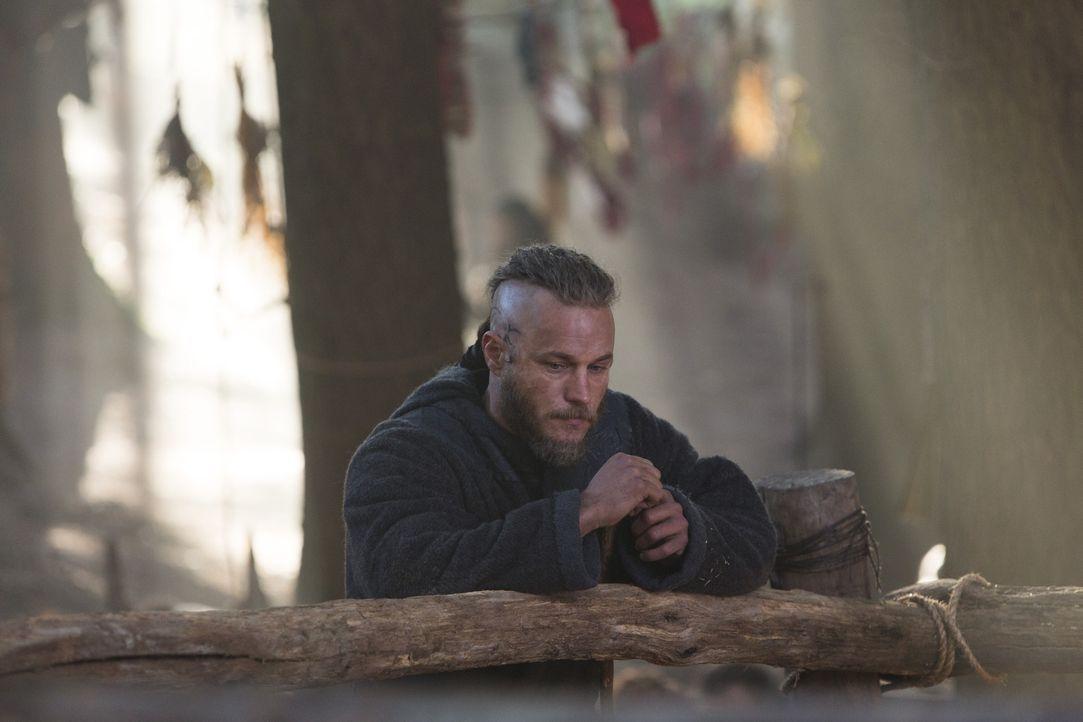 Ragnar (Travis Fimmel) muss schwer mit seinen inneren Dämonen kämpfen. Verzweifelt sucht er bei den Göttern nach Antworten auf das für ihn schlimmst... - Bildquelle: 2013 TM TELEVISION PRODUCTIONS LIMITED/T5 VIKINGS PRODUCTIONS INC. ALL RIGHTS RESERVED.